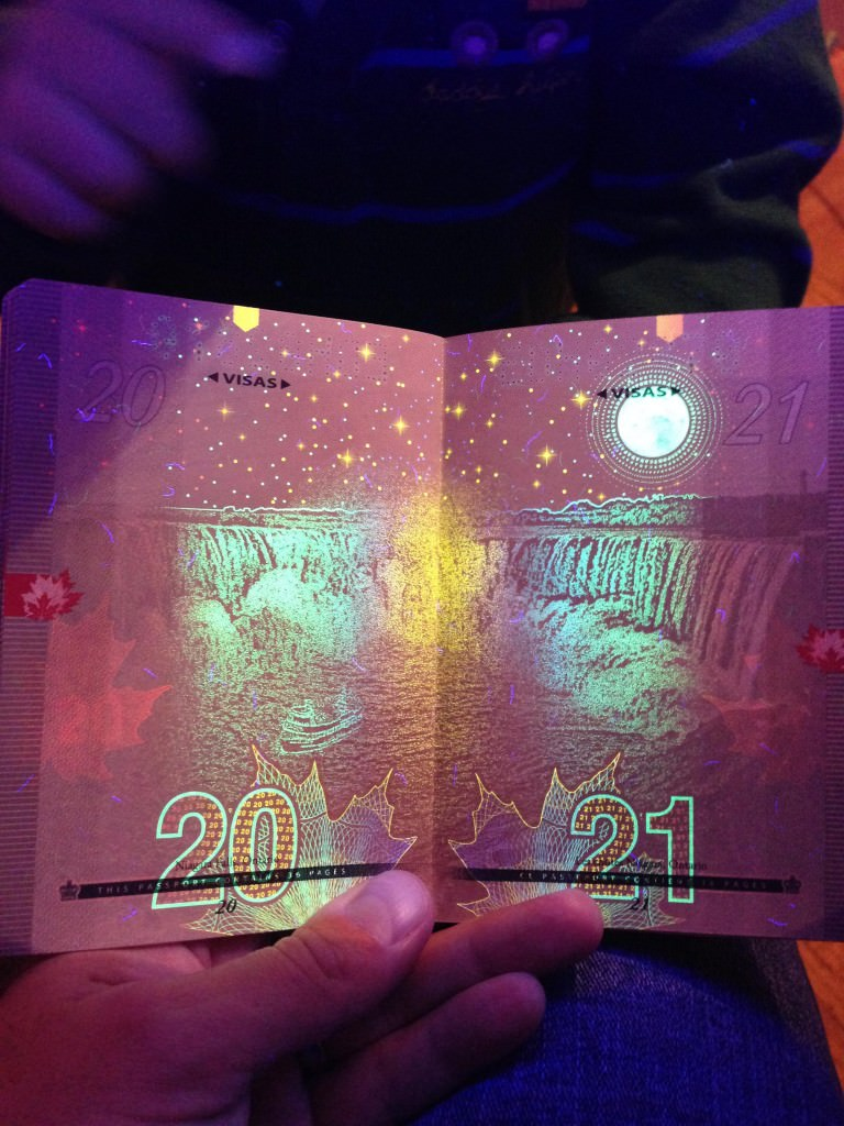 Niagara_Falls_Stars_passport_ePassport_blackligh