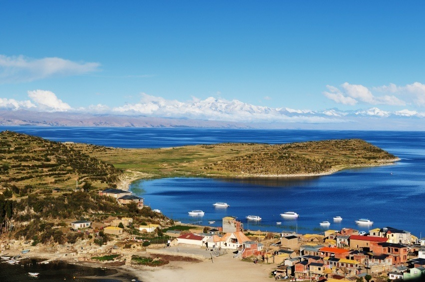 town on the shores of lake titicaca