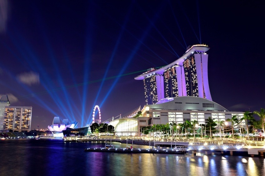 marina bay casino singapore ferris wheel water lights night
