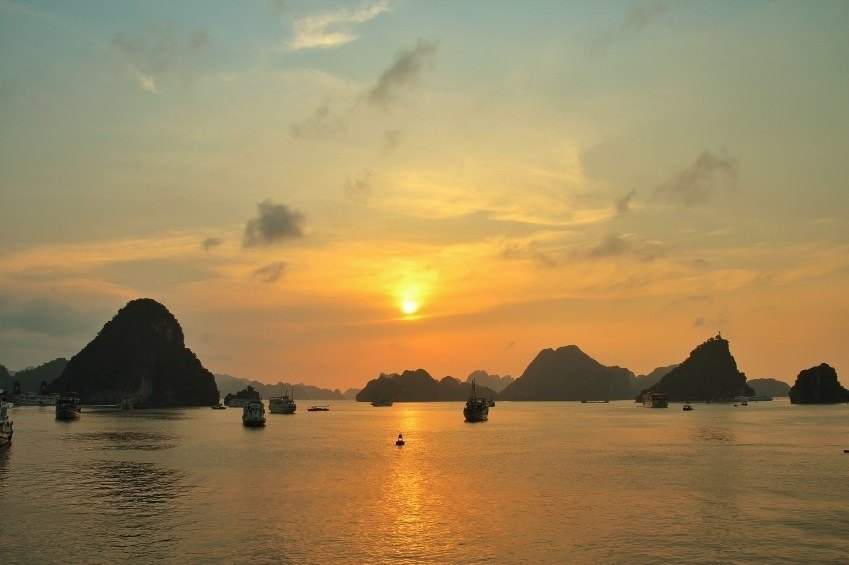 ha long bay vietnam sunset boats islands