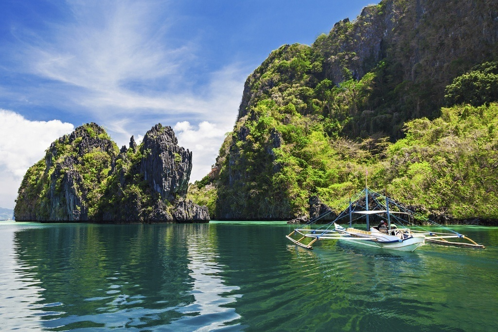 where to travel in the philippines palawan lake boat cliffs