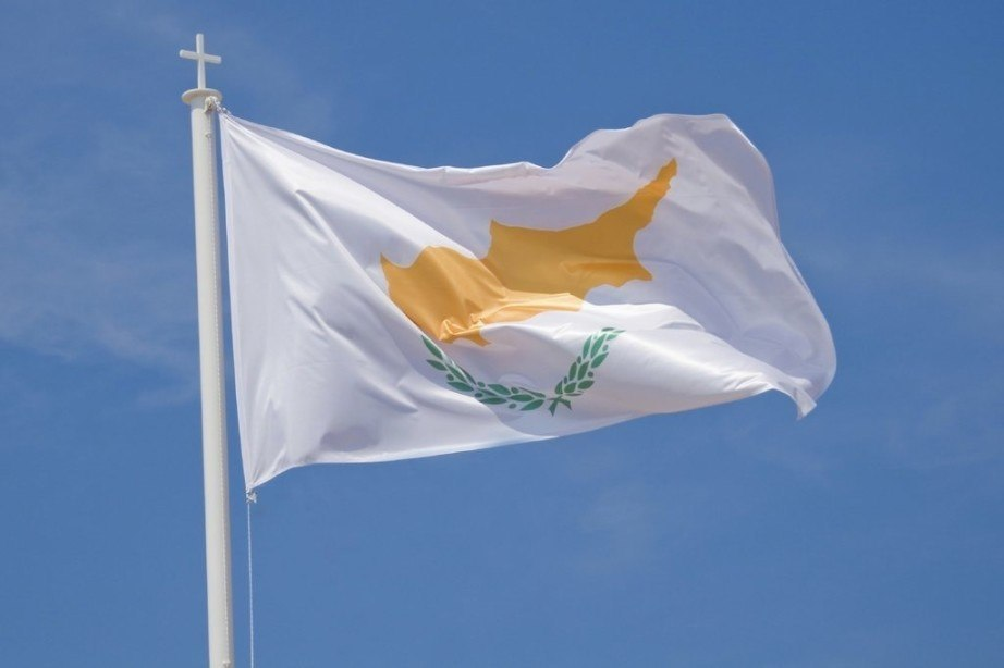cyprus flag island wreath waving pole