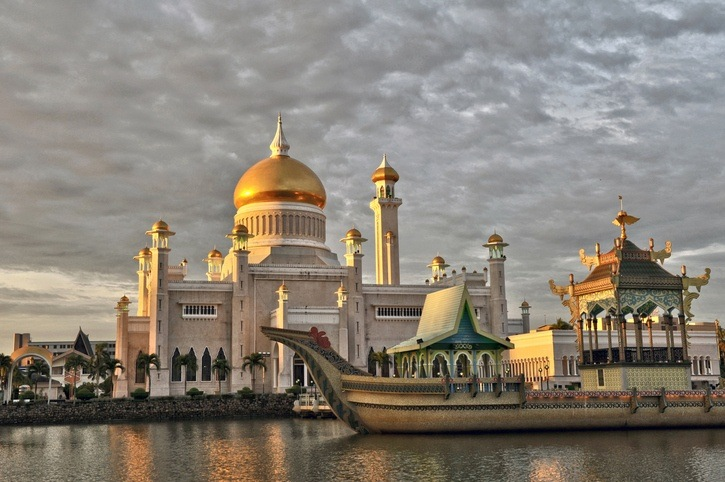 bandar seri begawan mosque water boat brunei