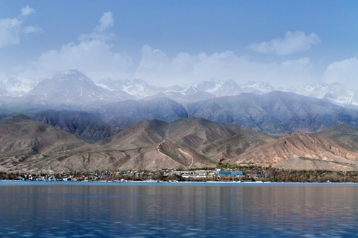 kyrgyzstan issyk-kul lake alpine mountains shore